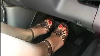 Stacked nympho drops her clothes and masturbates in the car