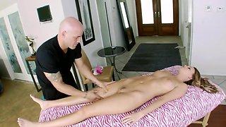 Drop-dead gorgeous beauty receives fantastic massage