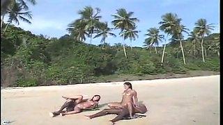 Sexo e areia com duas putinhas novinhas
